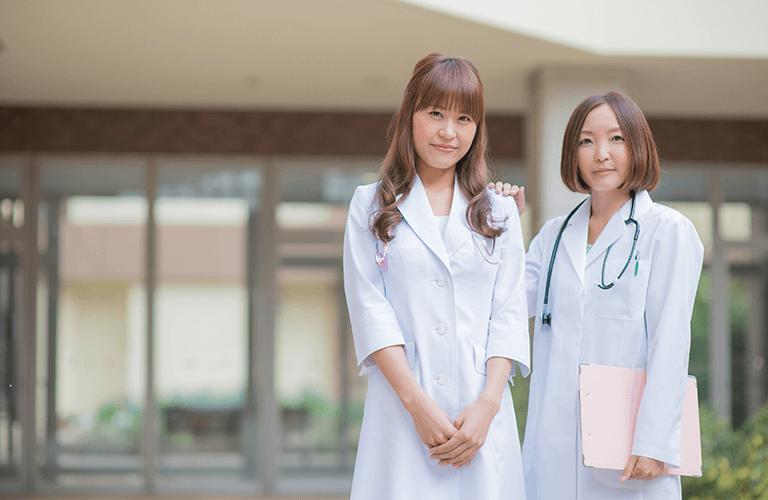 女性医師が並んでいる画像